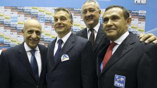Gyarfas, a la derecha, junto al presidente de la FINA, el reelegido...