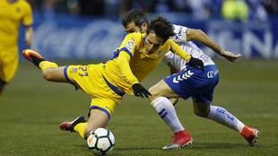 Sangalli cae disputando un balón en el partido ante el Tenerife