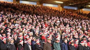 Aficionados ingleses en un partido navideño.