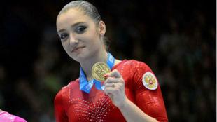Aliya Mustafina, en un podio de los Mundiales 2013.