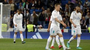 Los jugadores del Real Madrid, tras recibir el gol del Athletic.