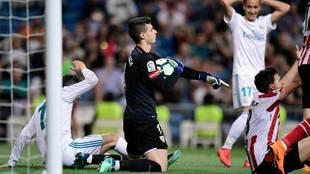 Kepa detiene el balón en el partido ante el Real Madrid.