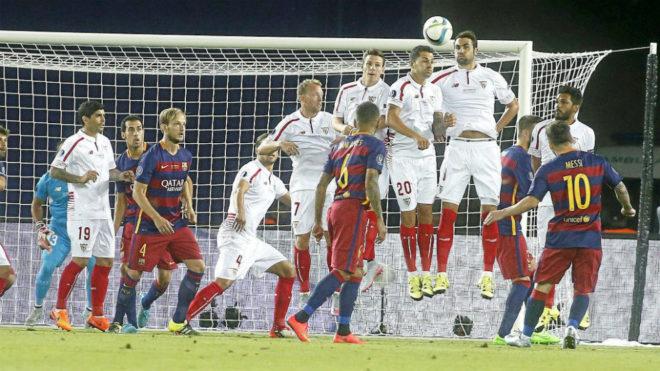 Messi lanza una falta en la final de la Supercopa de Europa de la...