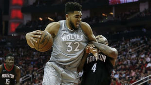 Karl-Anthony Towns protege el balón ante la defensa de P.J. Tucker