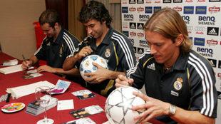 Helguera, Raúl y Salgado firman autógrafos en una concentración del...