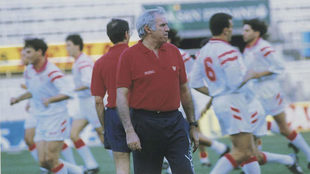 Luis Aragonés, dirigiendo un entrenamiento del Sevilla.
