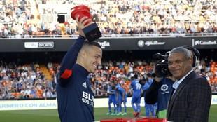 Rodrigo recibe el trofeo al mejor jugador de LaLiga de manos de...