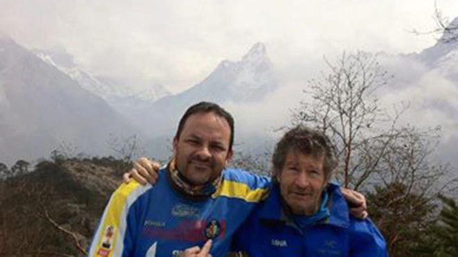 Junto a Carlos Soria en el Himalaya con el Everest al fondo