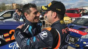 El campeón de 2017, Iván Ares, felicitando al alicantino por su...