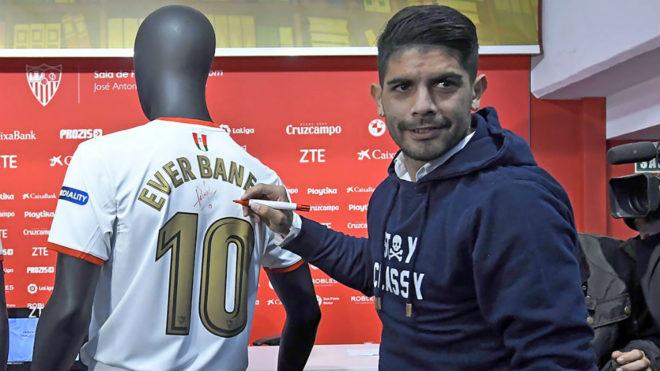 Éver Banega firma la camiseta de la final.