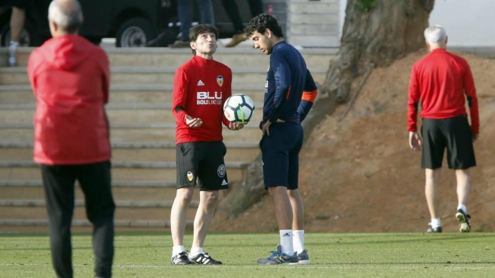 Marcelino mira al cielo mientras habla con Parejo.