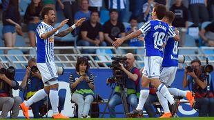 Willian José celebra un gol junto a su compañero Oyarzábal