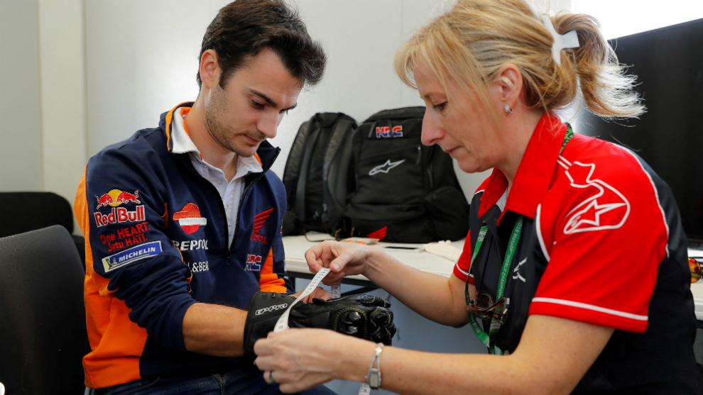 Dani Pedrosa, siendo examinado de su muñeca derecha en el circuito de...