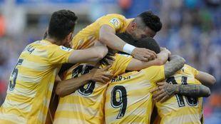 Los jugadores del Girona se abrazan en Mendizorroza