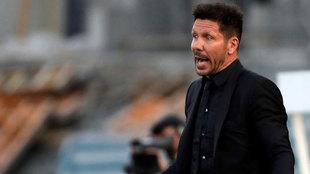 Diego Pablo Simeone se desespera desde la banda de Anoeta.
