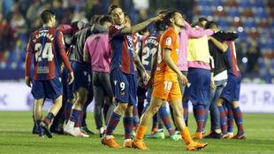 Roger consolando a Rosales tras el partido.