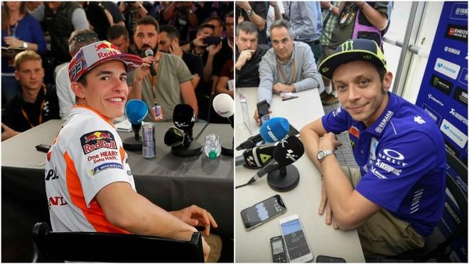 Marc Márquez y Valentino Rossi, ambos atendiendo a los medios.