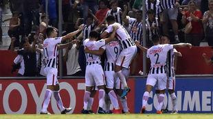 Los jugadores de Libertad celebran un gol ante Peñarol.