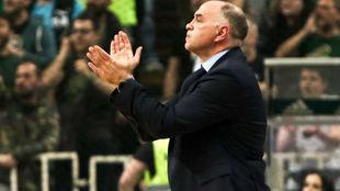 Pablo Laso aplaude a sus jugadores durante el partido contra el...