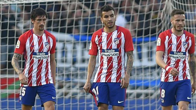 Savic, Correa y Saúl, durante el partido contra la Real Sociedad