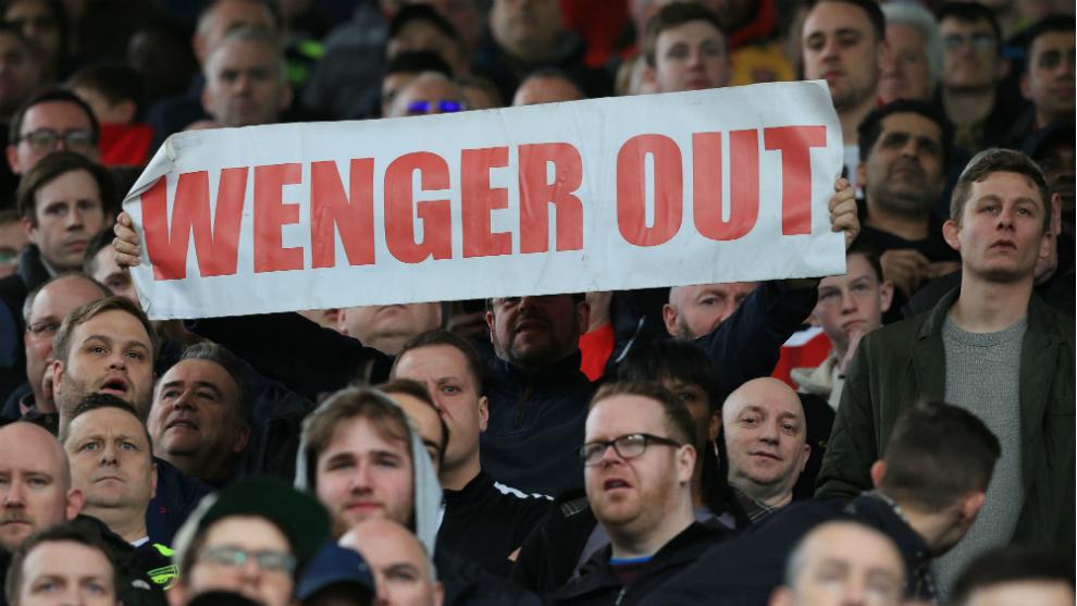 Pancarta de aficionados en contra de Wenger en el Emirates.