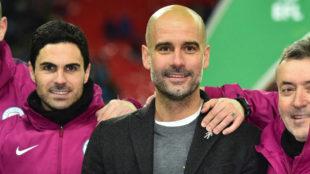 Mikel Arteta, a la izquierda de Pep Guardiola tras conseguir el City...
