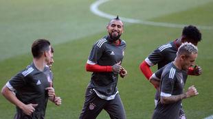 Vidal junto a otros compañeros del Bayern