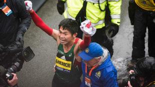 Yuki Kawauchi celebra su victoria en el maratón de Boston