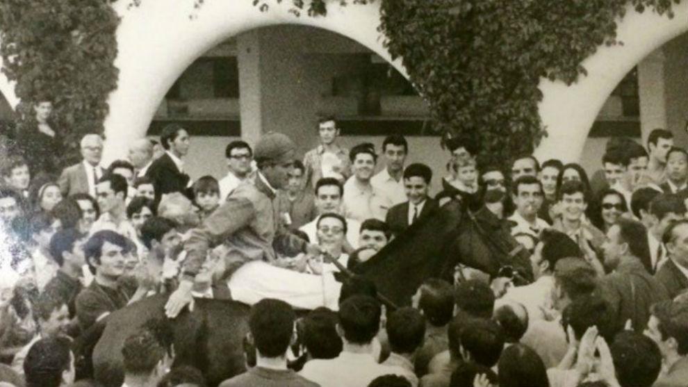 El Duque de Alburquerque, con 'Tebas', después de ganar el G.P....