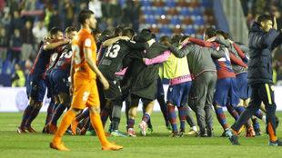 Los jugadores del Levante celebra el triunfo 'salvador'