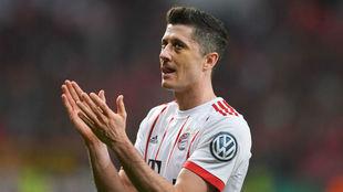 Lewandowski aplaude tras un gol deñl Bayern.