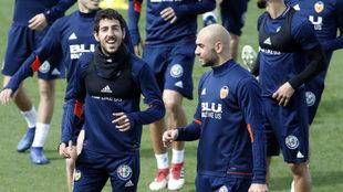 Zaza durante un entrenamiento bromea con Parejo.
