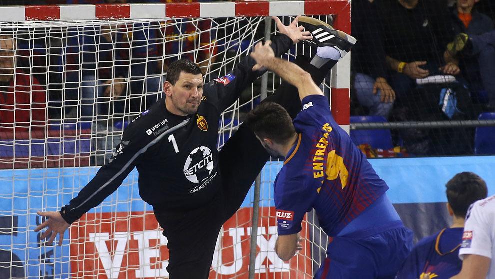 Sterbik ante Raúl Entrerríos en un partido de esta 'Champions'