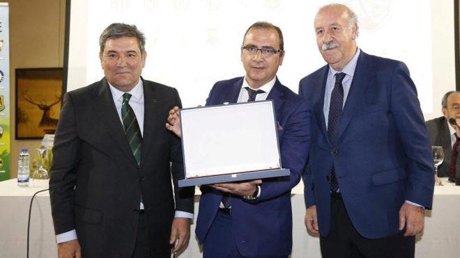Juan Ignacio Gallardo, director de MARCA, recibiendo el premio.