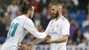 Benzema y Bale se saludan en una sustitución.