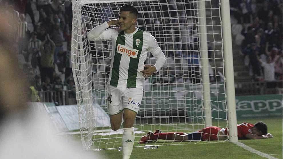 Narváez celebra uno de sus dos goles al Sevilla Atlético con su...