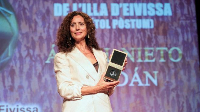 Belinda Alonso, la viuda del expiloto Ángel Nieto, recoge la medalla.
