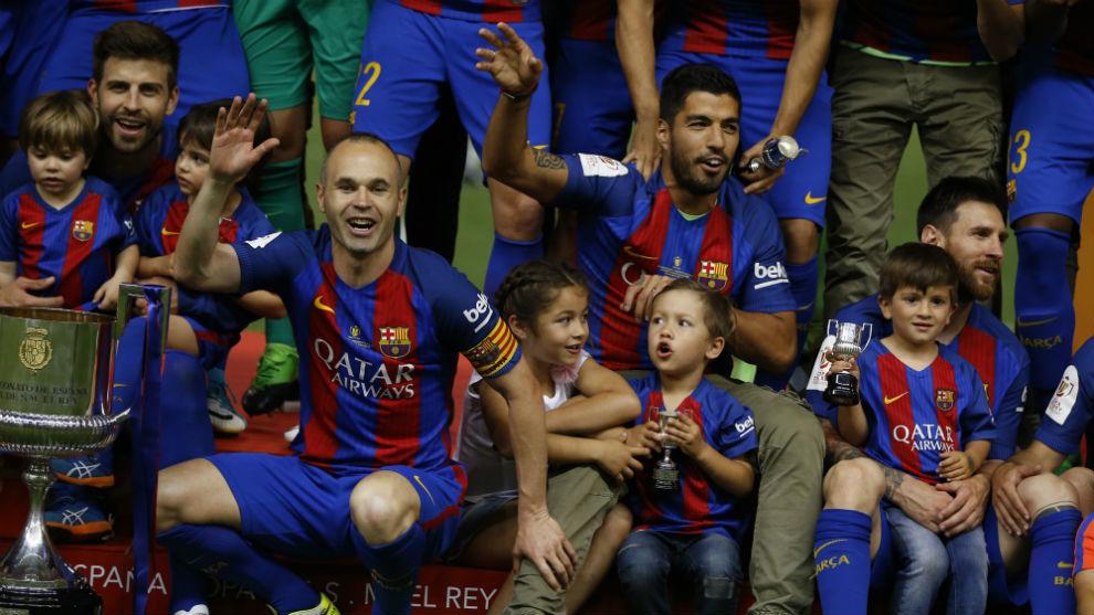 Los jugadores del Barcelona celebrando el título de Copa del año...