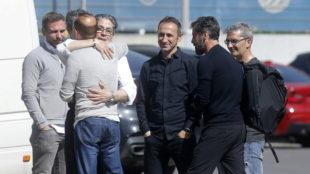 Quique Sánchez Flores despidiéndose de miembros del club