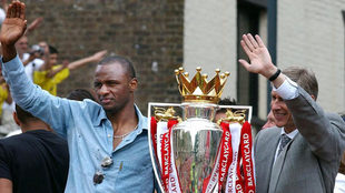 Vieira celebra junto a Wenger una Premier League.