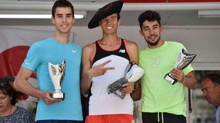 Adel Mechaal, junto a Jesús Gómez y Saúl Ordóñez, en el podio