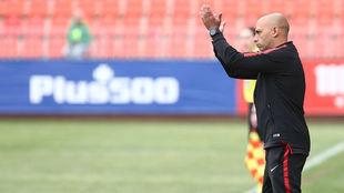 Ángel Villacampa aplaude a sus jugadoras durante el partido ante el...