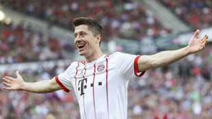 Lewandowski celebra su gol ante el Hannover