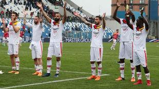 El Benevento saluda a sus aficionados en un momento de la temporada