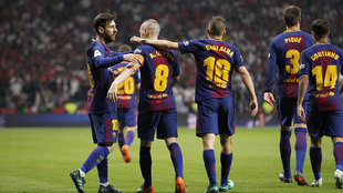 Messi e Iniesta celebra el tanto del manchego