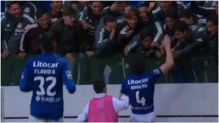 Briseño celebra el gol del triunfo del Feirense en la grada con el...