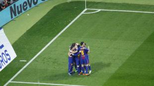 Los jugadores del Barcelona celebran uno de los goles ante el Sevilla.
