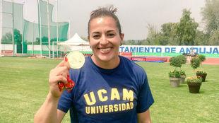 Úrsula Ruiz luce su medalla.