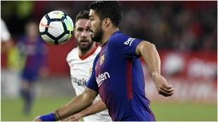Layún, con Luis Suárez en un duelo contra el Barcelona.