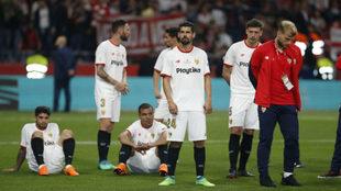Los jugadores del Sevilla, tras el partido.